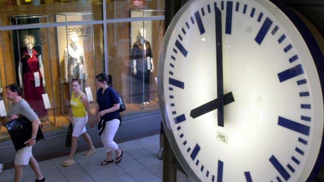 Das Ziffernblatt einer Uhr ist auf 8 Uhr.