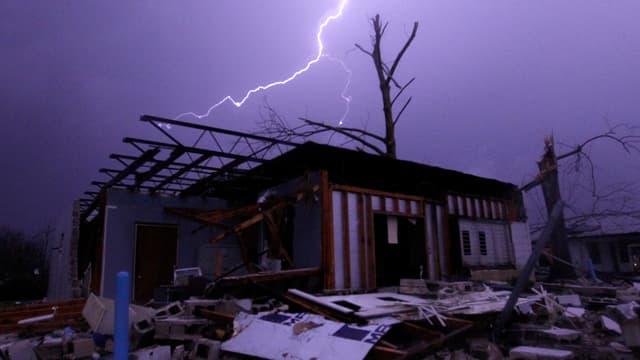 Chasa devastada suenter in tornado en ils Stadis Unids.