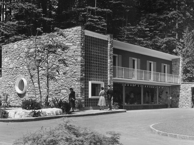 Eine schwarzweiss Fotografie eines Gebäudes im Stil der 50er Jahre.