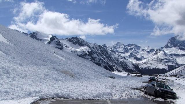 lavinas che han tschiffà dus autos sin la via dal Pass da l'Alvra