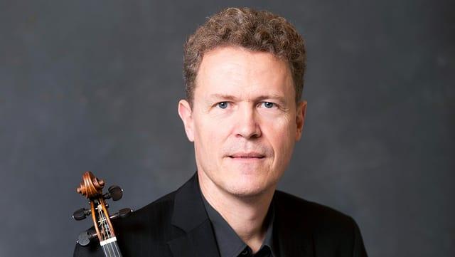 Mann mittleren Alters mit Geige.