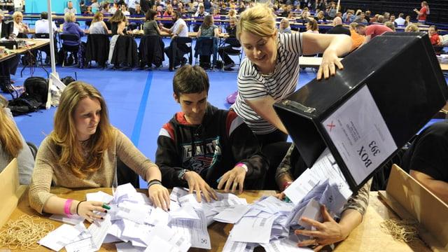 Stimmenzähler in Glasgow.
