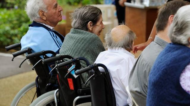 alte Menschen im Rollstuhl