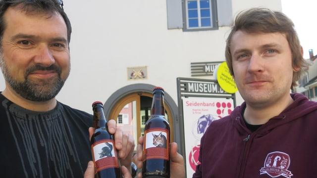 Limat und Niederhauser mit einer Flasche Bier in der Hand