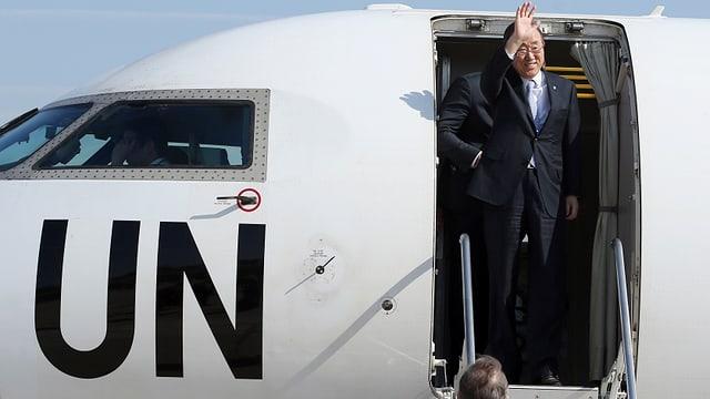 Ban Ki Moon am Uno-Flugzeug.