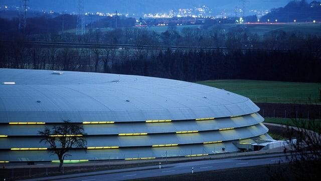 Flaches rundes Gebäude, das aussieht wie ein Ufo