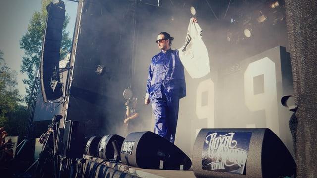 Eine Bühne mit einem in einem blauen Seidenpyjama gekleideten Rapper