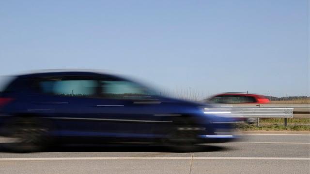 Ein schnell fahrendes Auto.