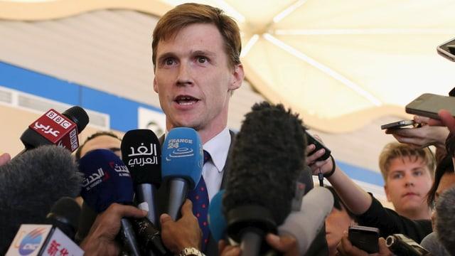 Der britische Botschafter in Ägypten, John Casson, erteilt am Flughafen in Scharm el-Scheich Auskunft.