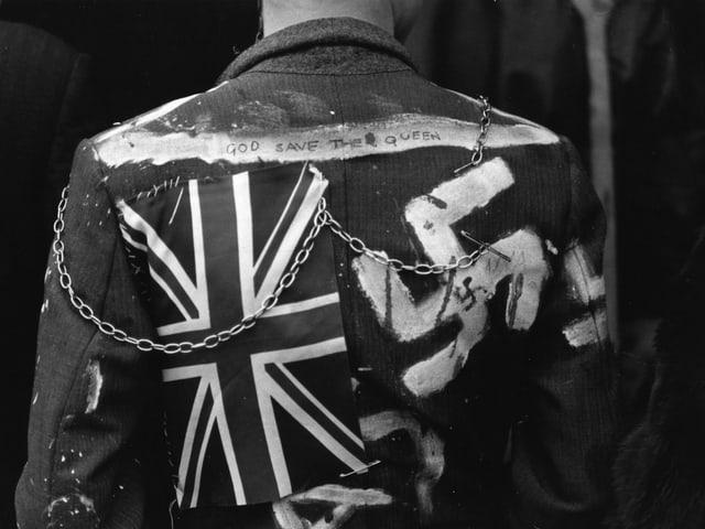Eine alte Aufnahme einer Lederjacke mit Union Jack und Hakenkreuz.