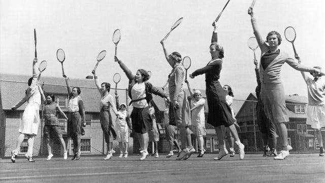 Schwarzweiss-Foto einer Gruppe junger Tennisspielerinnen anno 1922.