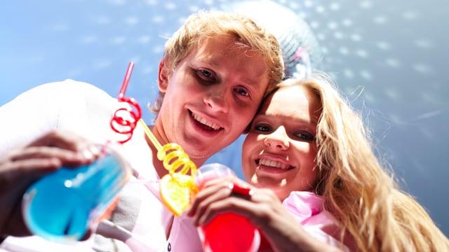 Zwei Jugendliche trinken Cocktails