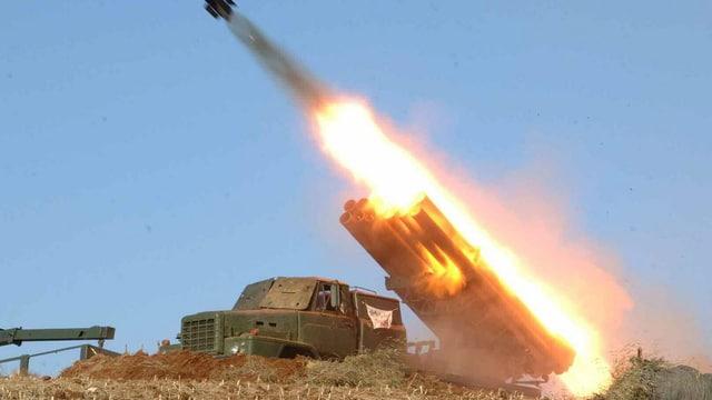 Eine Rakete wird von einer mobilen Abschussvorrichtung abgefeuert.