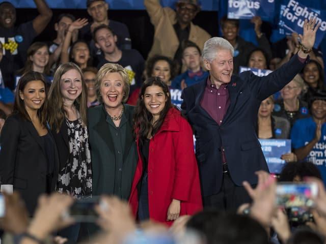 Eva Longoria, Chelsea Clinton, Hillary Clinton, Schauspielerin America Ferrera und Bill Clinton auf der Bühne.
