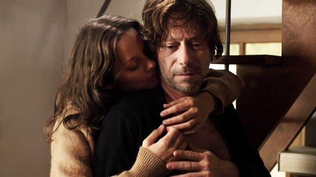 Frau umarmt Mann