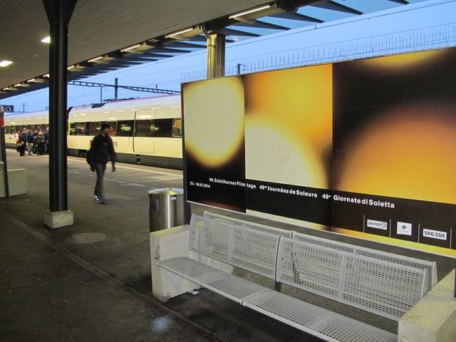 Plakat der Filmtage am Solothurner Bahnhof.