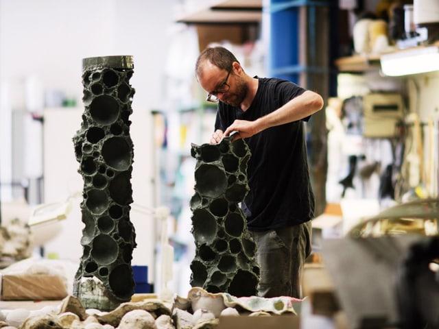 Mann arbeitet an einer Skulptur.