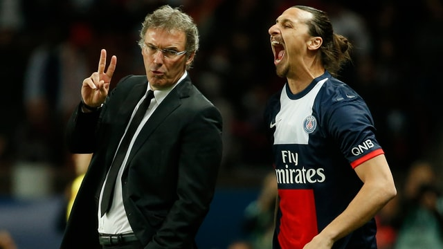 Laurent Blanc gibt dem gähnenden Zlatan Ibrahimovic Anweisungen.