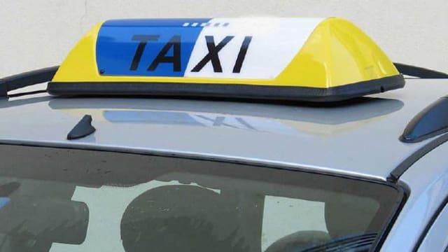 Taxi mit einem Leuchtschild auf dem Dach