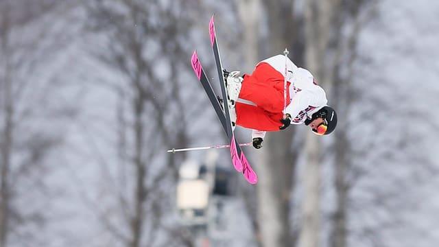 Eveline Bhend bei einem Sprung als Freeskierin in der Luft.