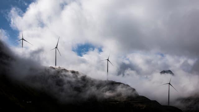 Windräder im Gebirge.