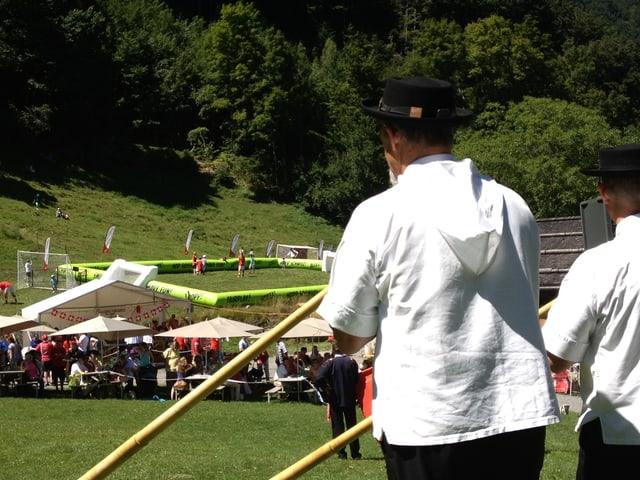 Fussballfeld auf dem Rütli mit Alphornbläsern