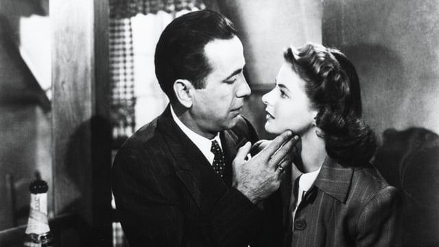 Ein Mann und eine Frau sehen sich tief in die Augen.