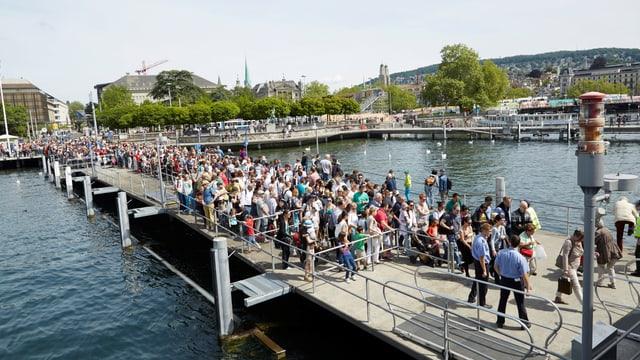 Eine lange Schlange mit Leuten, die auf eines der Zürichseeschiffe wollen.