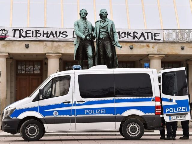 Polizeiwagen in Weimar, vor Goethe-Schiller-Denkmal auf dem Theaterplatz