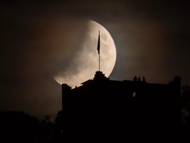 partielle Mondfinsternis mit Schleierwolken.
