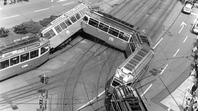 Zwei Trams sind kollidiert, beide sind aus den Schienen gesprungen.