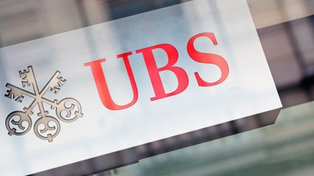 Logo der UBS an einer Filliale
