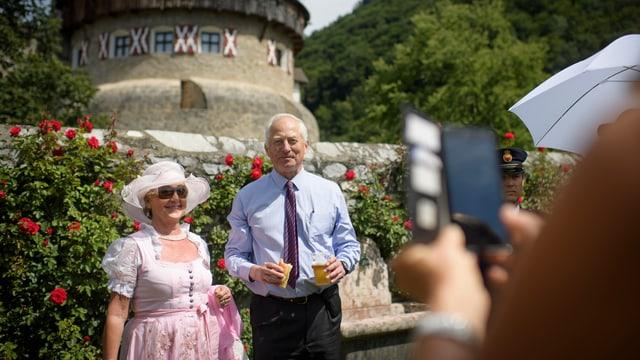 Fürst Hans-Adam II. von Liechtenstein laesst sich mit Gästen fotografieren am Liechtensteiner Staatsfeiertag, am Dienstag, 15. August 2017, in Vaduz.