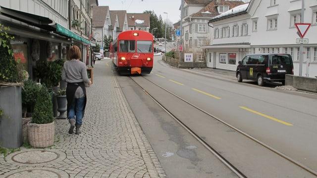 Appenzeller Bahn im Zentrum Teufen