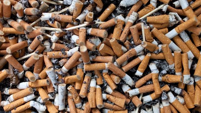 Viele Zigarettenstummel
