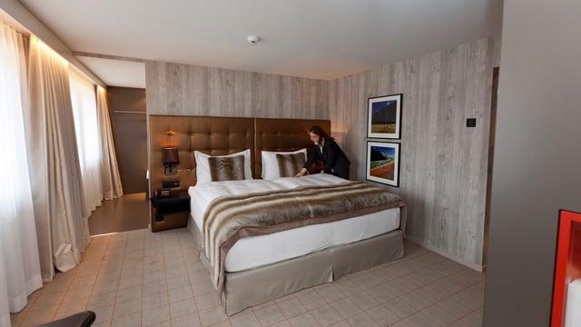 Zimmermädchen macht ein Hotelbett.