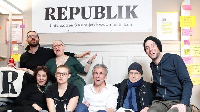 il team da fundaziun da Republik sesa sin in canapé, (7 persunas)