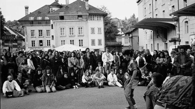 Am Aarefestival 1991. Publikum sieht Darbietung.