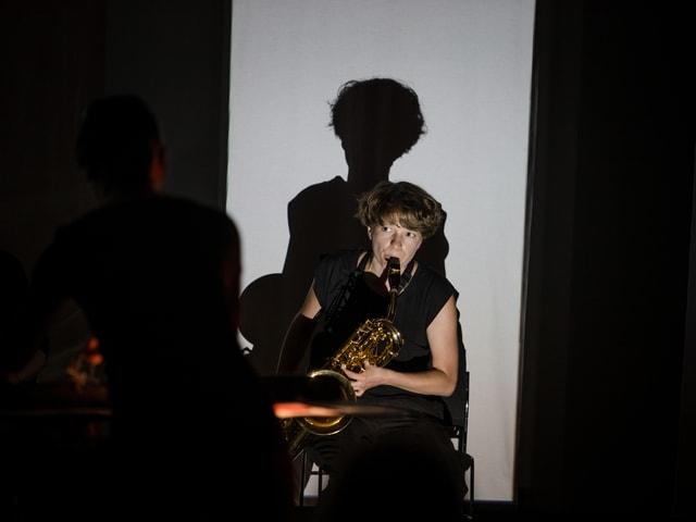 Eine Frau spielt Saxophon.