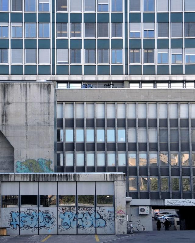 Ein Bürogebäude von Aussen.