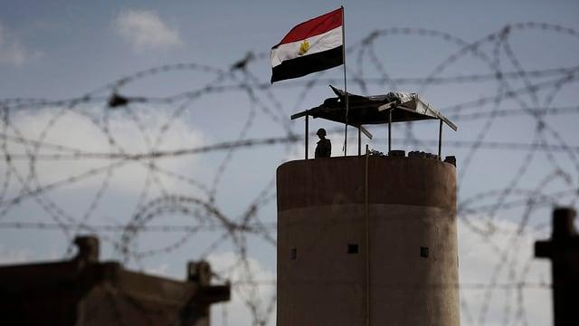 Ein Grenzsoldat blickt von Ägypten in Richtung Gaza-Streifen.