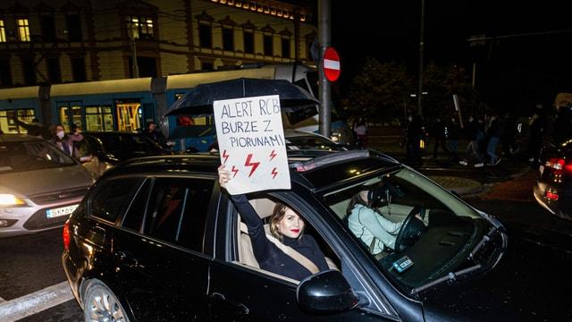 Auch in Breslau demonstrierten am Dienstagabend Tausende und blockierten die Strassen mit Autos.