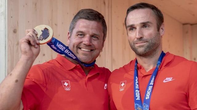 Mann strahlt mit Goldmedaille