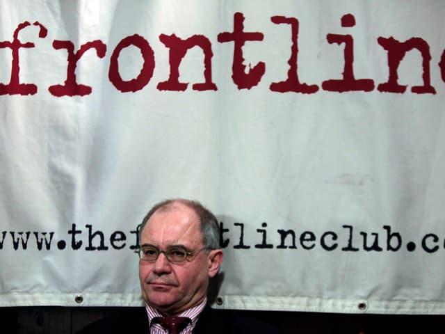 Rudolf Elmer sitzt im Frontline Club in London