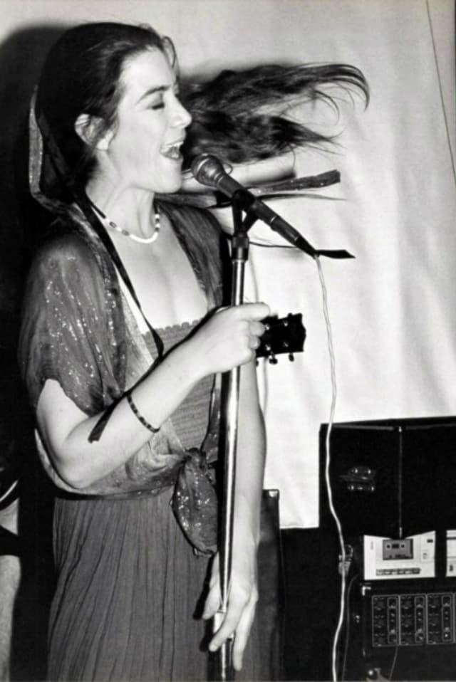 Sue Barker singt an einem Konzert.