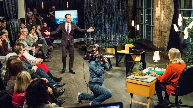 Studio von Deville late night: Publikum, Kameramann und Dominic Deville