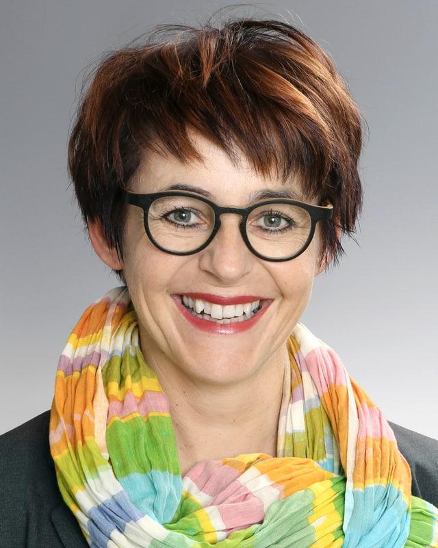 Portrait einer lächelnden Frau mit farbigem Schal