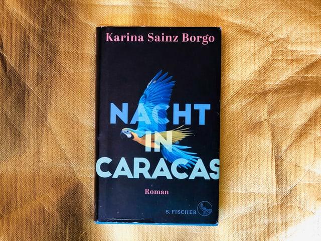 Der Roman , «Nacht in Caracas» von Karina Sainz Borgo  vor goldigem Hintergrund