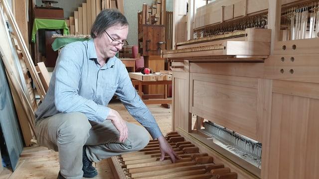 Anton Meier am Pedal Orgel