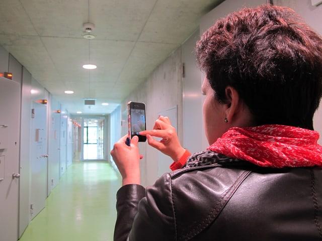 Ein Gefängnis von Innen betrachten – zum Glück nur besuchsweise: Reporterin Andrea Affolter macht Fotos vom Zellengang.